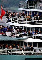 """Yangtze-Fluss in der Provinz Hubei / China<br /> Die chinesische Regierung plant in der Provinz Hubei den Yangtze-Fluss mit einem Staudamm zur Stromgewinnung aufzustauen. Dabei werden ca. 3 Millionen Menschen umgesiedelt.<br /> Hier: Personenfaehre auf dem Yangtze-Fluss im """"Drei Schluchten-Nationalpark"""".<br /> 1992, Zigui, Provinz Hubei / China<br /> Copyright: Christian-Ditsch.de<br /> [Inhaltsveraendernde Manipulation des Fotos nur nach ausdruecklicher Genehmigung des Fotografen. Vereinbarungen ueber Abtretung von Persoenlichkeitsrechten/Model Release der abgebildeten Person/Personen liegen nicht vor. NO MODEL RELEASE! Nur fuer Redaktionelle Zwecke. Don't publish without copyright Christian-Ditsch.de, Veroeffentlichung nur mit Fotografennennung, sowie gegen Honorar, MwSt. und Beleg. Konto: I N G - D i B a, IBAN DE58500105175400192269, BIC INGDDEFFXXX, Kontakt: post@christian-ditsch.de<br /> Urhebervermerk wird gemaess Paragraph 13 UHG verlangt.]"""