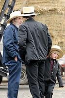 4415 / Amish Maenner: AMERIKA, VEREINIGTE STAATEN VON AMERIKA,PENNSYLVANIA,  (AMERICA, UNITED STATES OF AMERICA), 12.04.2006: Amisch, Amish Junge, Amish Kind bei einer Viehauktion. Grossvater, Vater, Familie.Die Amischen sind eine christliche Religionsgemeinschaft. Sie haben ihre Wurzeln in der Taeuferbewegung des 16. Jahrhunderts. Im Jahre 1693 spalteten die Amischen sich von der Gruppe der Mennoniten ab. Heute leben sie in 26 Staaten der USA in 1.204 Siedlungen...Sie fuehren ein stark im Agrarbereich verwurzeltes Leben und sind bekannt dafuer, dass sie den technischen Fortschritt in vielen Faellen ablehnen und Neuerungen nur nach sorgfaeltiger Ueberlegung akzeptieren. Die Amischen legen groÃen Wert auf Familie, Gemeinschaft und Abgeschiedenheit von der Aussenwelt. Sie stammen ueberwiegend von suedwestdeutschen Dialektsprechern und Deutschschweizern ab und sprechen untereinander deutsche Mundart...