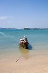 Longtail-Boot am Strand von Railay,  Ao Nang, Provinz Krabi, Thailand