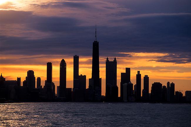 USA, ILLINOIS, CHICAGO, LAKE MICHIGAN, VIEW OF SKYLINE, SUNSET, DRAMATIC LIGHTING
