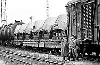 LETTLAND, 19.08.91, Riga. Waehrend des Anti-Gorbatschow-Putsches versuchen sowjetische Truppen, die Kontrolle über Riga zu erhalten, mit dem Scheitern des Putsches gewinnt Lettland endgueltig seine Unabhaengigkeit. - Transportzug der sowjetischen Armee am Vorabend des Putsches im Bahnhof Riga.   During the anti-Gorbachev-coup Soviet troops try to obtain control of Riga. With the failure of the coup Latvia finally regains its independence. - Soviet military transport on the eve of the coup at the railway station..© Martin Fejer/EST&OST