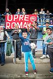 Die treuen Fans des TJ Roma Junior Decin, Spiel gegen ausländische Diplomaten, die diese besondere mannschaft unterstützen wollten, Roma Fußballmannschaft in Decin. Sie spielen in der tschechischen Kreisklasse und werden  oft boykottiert von den anderen Klubs. / Czech roma  soccerteam