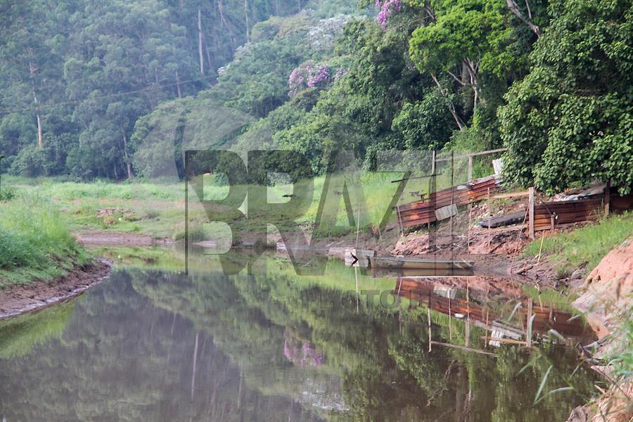 SAO PAULO, SP - 10.12.2014 - NIVEL GURAPIRANGA - EMBU GUACU - Vista da Represa do Guarapiranga na cidade de Embu-Guaçu, proximo do trecho sul do rodoanel na manhã desta quarta-feira (10). Depois de 3 anos, o grande volume de água que mantinha a economia pesqueira da região, se tornou em pequenos riachos e o cenário é hoje composto pela vegetação no lugar de água.<br /> <br /> (Foto: Fabricio Bomjardim / Brazil Photo Press)