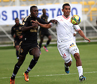 BOGOTA -COLOMBIA, 23 -AGOSTO-2014. Juan Nuñez ( I) de Fortaleza F.C. disputa el balón con Alonso Acosta ( D ) de Uniautonoma  durante partido de la  sexta fecha  de La Liga Postobón 2014-2. Estadio Metroplitano de Techo . / Juan Nuñez (L) of Fortaleza F.C.  fights for the ball with Alonso Acosta  of Uniautonoma   during match of the 6th date of Postobon  League 2014-2. Metroplitano de Techo Stadium. Photo: VizzorImage / Felipe Caicedo / Staff