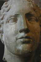 """Francia - Parigi - museo del  Louvre - testa di Iride detta """"testa laborde"""" frammento di figura femminile del frontone Ovest del Partenone (tra 448 e 432 a.C.) marmo del monte Pentelico nei pressi di Atene, trovata ai piedi del partenone (la figura aveva un diadema e degli orecchini metallici)"""