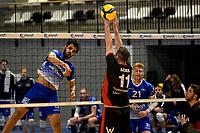 27-02-2021: Volleybal: Amysoft Lycurgus v Computerplan VCN: Groningen Lycurgus speler Hossein Ghanbari slaat de bal over VCN  speler  Ralph Backer