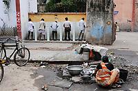 INDIA West Bengal, Kolkata, public toilet at Kali Ghat / INDIEN Westbengalen Kalkutta, oeffentliches Urinal am Kali Ghat