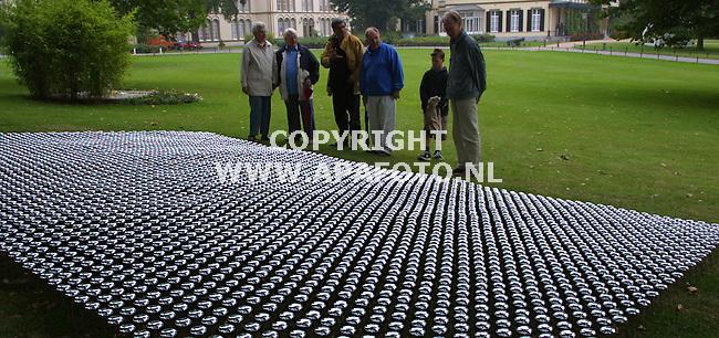 """arnhem 040901 in de tuin van museum bronbeek moet een tapijt van 5000 fietsbellen op steeltjes onder eikenbomen , deze herfst  voor een concert  van vallende eikels zorgen. Het is een kunstwerk van beeldend kunstenaar ronald van der meijs genaamd"""" geluidsarchitectuur in de herfst.""""<br />foto frans ypma APA-foto"""