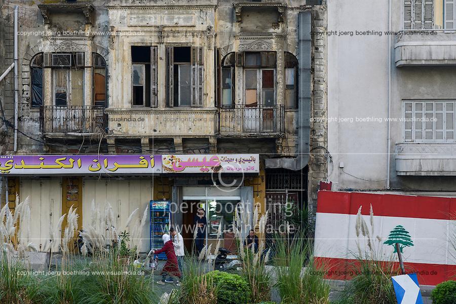 LEBANON, Beirut, during civil war destroyed colonial building / LIBANON, Beirut, rechts im Krieg zerstoerte Gebaeude und libanesische Flagge