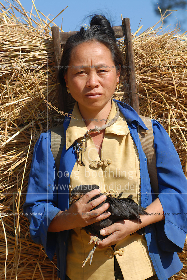 Laos, Hmong Dorf Nam Kha , Dorfbewohnerin traegt Reisstroh / LAO Hmong village Nam Kha , woman carry rice straw and chicken