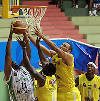 BUCARAMANGA -COLOMBIA, 20-04-2013.  Hernández Villamil (d) de Búcaros trata de encestar ante la marca de Crowford Brandon (i)de Academia durante partido de la fecha 2 fase II de la Liga DirecTV de baloncesto profesional colombiano 2013 disputado en la ciudad de Bucaramanga./  Hernandez Villamil (r) of Bucaros  tries to basket the ball over the mark of Crowfrod Brandon of Academia during game of the second date phase II of DirecTV League of professional Basketball of Colombia 2013 at Bucaramanga city. Photo:VizzorImage / Jaime Moreno / STR