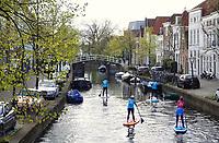 Nederland Leiden 2021.   Suppen in Leiden. Gracht in het centrum.   Foto ANP / Berlinda van Dam