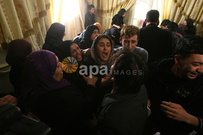 Palestinian relatives of Mahmoud Adel al-Titi, 22, mourn during his funeral in the West Bank refugee camp of al-Fawwar near Hebron 13 March 2013. Al-Titi was allegedly shot dead by an Israeli soldier during an Israeli military operation in al-Fawwar refugee camp on Tuesday. Photo by Mamoun Wazwaz