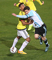 VIÑA DEL MAR - CHILE - 26-04-2015: Alexander Mejia (Izq.) jugador de Colombia, disputan el balón con Lionel Messi (Der.) jugador de Argentina, durante partido Colombia y Argentina, por los cuartos de final, de la Copa America Chile 2015, en el estadio Sausalito en la Ciudad de Viña del Mar / Alexander Mejia (L) player of Colombia, vies for the ball with Lionel Messi (R) player of Argentina, during a match between Colombia and Argentina, for the quarterfinals of the Copa America Chile 2015, in the Sausalito stadium in Viña del Mar city. Photo: VizzorImage /  Photosport / Jonathan Mancilla / Cont.