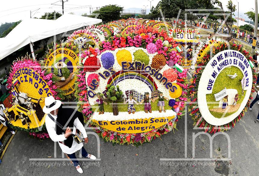 MEDELLÍN - COLOMBIA, 06-08-2015. El desfile de silleteros es el evento central de la Feria de las Flores 2015 que se lleva cabo cada año en la ciudad de Medellín, Colombia. El ganador absoluto 2015 fue Carlos Alberto Grisales/ Silleteros parade is the main attraction to enjoy on the Feria de las Flores 2015 that held every year in Medellin, Colombia. The overall winner was Carlos Alberto Grisales.  Photo: VizzorImage/ León Monsalve /STR