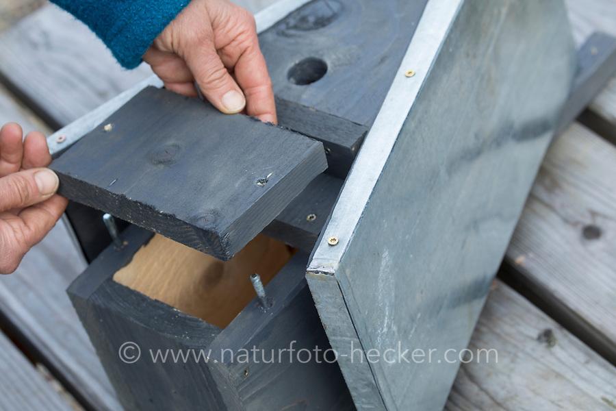 Selbstgebaute Holz-Nistkästen, Nistkasten für Vögel aus Holz, Vogelkasten, Meisenkasten selber bauen, selbst bauen, Basteln, Bastelei. Schritt 14: die Reinigungsklappe an der Frontseite des Nistkastens wird auf die Gewindestangen aufgesteckt und mit leicht zu öffnenden Flügelschrauben fixiert