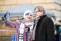 """Hunderte Menschen kamen am Samstag den 27. Januar 2019 in Berlin zu einer Kundgebung des ueberparteilichen Zusammenschluss """"Pulse of Europe"""" um fuer ein vereintes und friedliches Europa, ohne Fremdenhass und Ausgrenzung von Minderheiten zu demonstrieren. """"Wir wollen ein Zeichen setzen! Ein Zeichen, dass sich viele Menschen aktiv für den Erhalt eines demokratischen und rechtsstaatlichen, vereinten Europas einsetzen"""", so die Veranstalter, die sich auch ganz deutlich gegen einen Brexit aussprachen.<br /> Als Redner sprachen u.a. Margrethe Vestager, EU-Wettbewerbs-Kommissarin aus Daenemark und Guy Verhofstadt (rechts im Bild), Chefunterhaendler im EU-Parlament fuer den Brexit.<br /> Zu Beginn sprach die Publizistin Lea Rosh anlaesslich des Jahrestags der Befreiung des Konzentrationslager Auschwitz am 27. Januar 1945.<br /> In vielen Staedten Europas finden einmal pro Monat am Sonntag Veranstaltungen von Pulse of Europe statt.<br /> Im Bild: Verhofstadt posiert fuer ein Selfie mit einer Britin, die gegen den Brexit protestiert.<br /> 27.1.2019, Berlin<br /> Copyright: Christian-Ditsch.de<br /> [Inhaltsveraendernde Manipulation des Fotos nur nach ausdruecklicher Genehmigung des Fotografen. Vereinbarungen ueber Abtretung von Persoenlichkeitsrechten/Model Release der abgebildeten Person/Personen liegen nicht vor. NO MODEL RELEASE! Nur fuer Redaktionelle Zwecke. Don't publish without copyright Christian-Ditsch.de, Veroeffentlichung nur mit Fotografennennung, sowie gegen Honorar, MwSt. und Beleg. Konto: I N G - D i B a, IBAN DE58500105175400192269, BIC INGDDEFFXXX, Kontakt: post@christian-ditsch.de<br /> Bei der Bearbeitung der Dateiinformationen darf die Urheberkennzeichnung in den EXIF- und  IPTC-Daten nicht entfernt werden, diese sind in digitalen Medien nach §95c UrhG rechtlich geschuetzt. Der Urhebervermerk wird gemaess §13 UrhG verlangt.]"""