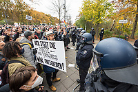"""Sogenannten """"Querdenker"""" sowie verschiedene rechte und rechtsextreme Gruppen hatten fuer den 18. November 2020 zu einer Blockade des Bundestag aufgerufen. Sie wollten damit verhindern, dass es eine Abstimmung ueber das Infektionsschutzgesetz gibt.<br /> Es sollen sich ca. 7.000 Menschen versammelt haben. Sie wurden durch Polizeiabsperrungen daran gehindert zum Reichstagsgebaeude zu gelangen. Sie versammelten sich daraufhin u.a. vor dem Brandenburger Tor.<br /> Im Bild: Demonstranten stehen vor einer Polizeiabsperrung auf der Strasse des 17. Juni.<br /> 18.11.2020, Berlin<br /> Copyright: Christian-Ditsch.de"""