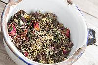 Getrocknete Kräuter, Wildkräuter, Duftkräuter, Blüten, Knospen in einer Schale, Kräuterernte. Werden u.a. verwendet für die Herstellung von Räucherkugeln, Räucherkugel, Räuchern, Räucherritual, Räuchern mit Kräutern, Kräuter verräuchern, Duft, Smoking with herbs, wild herbs, aromatic herbs, fumigate, cure, smoke. Oregano, Wilder Dost, Echter Dost, Gemeiner Dost, Oreganum, Origanum vulgare, Oregano, Wild Marjoram. Tüpfel-Johanniskraut, Echtes Johanniskraut, Tüpfeljohanniskraut, Hypericum perforatum, St. John´s Wort. Gewöhnlicher Beifuß, Beifuss, Artemisia vulgaris, Mugwort, common wormwood. Echtes Mädesüß, Mädesüss, Filipendula ulmaria, Meadow Sweet, Quenn of the Meadow, tea, herbal tea, herb tea, Reine des prés. Schwarzer Holunder, Holunder, Sambucus nigra, Fliederbeeren, Fliederbeere, Common Elder, Elder, Elderberry, Sureau commun, Sureau noir. Rose, Rosenblätter, Rosa spec.