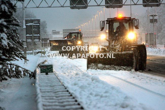 Arnhem, 261105<br />Rijkswaterstaat schraapt enkele centimeters ijs van het wegdek van de A50. Deze laag is ontstaan na de files van afgelopen nacht.<br />Foto: Sjef Prins - APA Foto