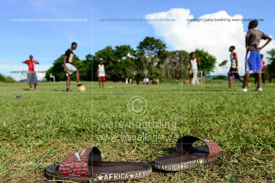 UGANDA, Kasese, young people play football / Jugendliche spielen Fussball