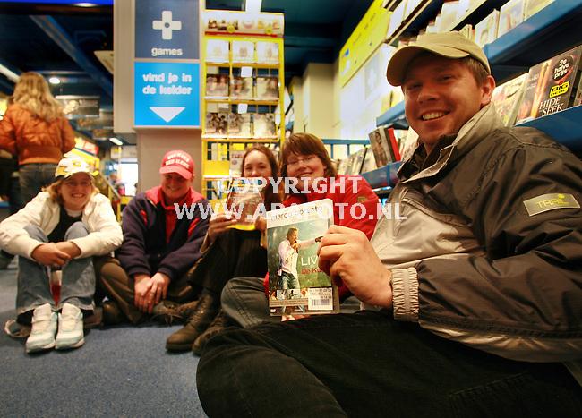 arnhem 200506 Fan zitten al meer dan 10 uur te wachten in de Free recordshop in Arnhem op een kaartjew voor het concert van Marco Borsato. Als gevolg van een storing kunnen de kaarten niet uitgegeven worden.<br />Foto frans Ypma APA-foto