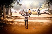 Un bambino che vive nelle case del villaggio di Sun City a 200 metri dal Royal Bafokeng Stadium di Rustenburg.USA Ghana 1-2 - USA vs Ghana 1-2.Ottavi di finale - Round of 16 matches.Campionati del Mondo di Calcio Sudafrica 2010 - World Cup South Africa 2010.Royal Bafokeng Stadium, Rustenburg, 26 / 06 / 2010.© Giorgio Perottino / Insidefoto .