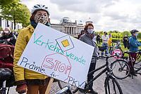 Anlaesslich des Corona-Autogipfel der Bundeskanzlerin mit Vertretern der Autoindustrie am 5. Mai 2020 protestierten Mitglieder von Fridays for Future, der Dienstleistungsgewerkschaft ver.di, campact!, Greenpeace und anderen Umweltorganisationen vor dem Kanzleramt gegen Praemien zum Kaufanreiz fuer Neuwagen. Sie forderten finanzielle Unterstuetzung an eine nachhaltige und sozial gerechte Verkehrspolitik zu koppeln.<br /> 5.5.2020, Berlin<br /> Copyright: Christian-Ditsch.de<br /> [NUR FUER REDAKTIONELLE ZWECKE! Werbung nur auf Anfrage beim Fotografen. Inhaltsveraendernde Manipulation des Fotos nur nach ausdruecklicher Genehmigung des Fotografen. Vereinbarungen ueber Abtretung von Persoenlichkeitsrechten/Model Release der abgebildeten Person/Personen liegen nicht vor. NO MODEL RELEASE! Don't publish without copyright Christian-Ditsch.de, Veroeffentlichung nur mit Fotografennennung, sowie gegen Honorar, MwSt. und Beleg. Konto: I N G - D i B a, IBAN DE58500105175400192269, BIC INGDDEFFXXX, Kontakt: post@christian-ditsch.de<br /> Bei der Bearbeitung der Dateiinformationen darf die Urheberkennzeichnung in den EXIF- und  IPTC-Daten nicht entfernt werden, diese sind in digitalen Medien nach §95c UrhG rechtlich geschuetzt. Der Urhebervermerk wird gemaess §13 UrhG verlangt.]
