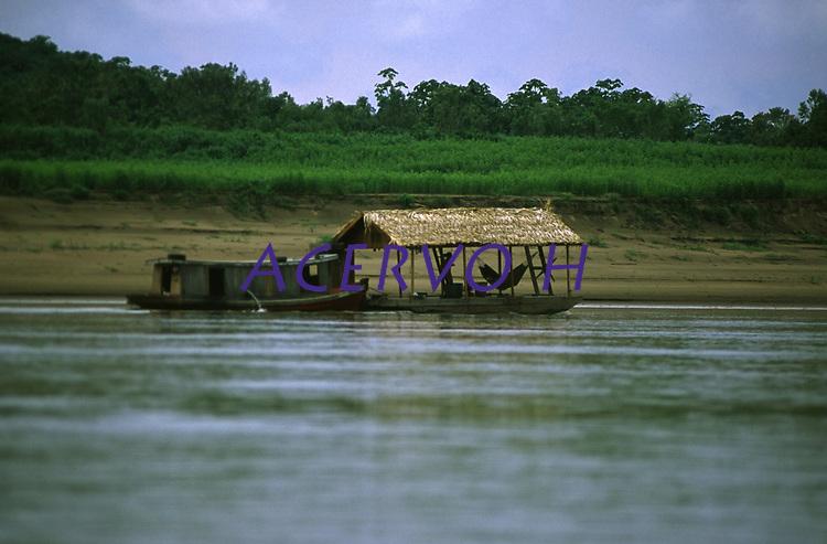 barco-casa no rio Madeira - Rondônia<br />dezembro de 2003