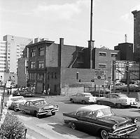 Vue du côté ouest de la rue Jeanne-Mance, presqu'au coin de la rue Sainte-Catherine. / Florent Charbonneau. - 26 août 1958.