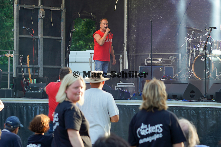 Sänger Loti Pohl auf der Bühne im Waldschwimmbad - Mörfelden-Walldorf 18.07.2021: Konzert Crackers
