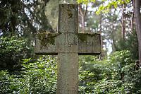 """Eine Grabstaette auf dem Friedhof Ohlsdorf in Hamburg.<br /> Der im Hamburger Stadtteil Ohlsdorf wurde 1877 eingeweiht und ist mit fast 390 Hektar der groesste Parkfriedhof der Welt. Auf der Anlage befinden sich 202.000 Grabstaetten.<br /> Im Bild: Ein steinernes Kreuz mit der Inschrift """"Dein Wille geschehet"""".<br /> 9.5.2020, Hamburg<br /> Copyright: Christian-Ditsch.de<br /> [NUR FUER REDAKTIONELLE ZWECKE! Werbung nur auf Anfrage beim Fotografen.Inhaltsveraendernde Manipulation des Fotos nur nach ausdruecklicher Genehmigung des Fotografen. Vereinbarungen ueber Abtretung von Persoenlichkeitsrechten/Model Release der abgebildeten Person/Personen liegen nicht vor. NO MODEL RELEASE! Don't publish without copyright Christian-Ditsch.de, Veroeffentlichung nur mit Fotografennennung, sowie gegen Honorar, MwSt. und Beleg. Konto: I N G - D i B a, IBAN DE58500105175400192269, BIC INGDDEFFXXX, Kontakt: post@christian-ditsch.de<br /> Bei der Bearbeitung der Dateiinformationen darf die Urheberkennzeichnung in den EXIF- und  IPTC-Daten nicht entfernt werden, diese sind in digitalen Medien nach §95c UrhG rechtlich geschuetzt. Der Urhebervermerk wird gemaess §13 UrhG verlangt.]"""