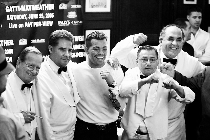 ARTURO GATTI (2/12) --Boxer Arturo Gatti (center) poses with waiters at Gallagher's Steakhouse in Manhattan after a news conference to promote his June 25 super lightweight championship fight against Floyd Mayweather, Jr. in Altantic City.   NEW YORK CITY, NY  3/24/05  2:55:32 PM  .
