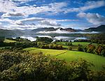 Great Britain, England, Cumbria (Lake District), near Keswick: View over misty landscape and lake Derwentwater | Grossbritannien, England, Cumbria (Lake District), bei Keswick: mystische Landschaft und See Derwentwater