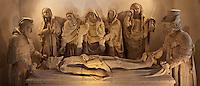 Europe/Europe/France/Midi-Pyrénées/46/Lot/Carennac: Mise au tombeau du XV ème dans la salle  capitulaire du cloitre - Elle est impressionnante par la douloureuse expression des personnages, grandeur naturelle, au centre desquels se trouve la Vierge Marie qui pleure, soutenue par saint Jean, Marie, épouse de Cléophas, Marie-Salomé et Marie-Madeleine. Le Christ, dont le visage est empreint de douceur, est étendu sur une table de pierre. Le linceul est soutenu par Joseph d'Arimathie, à droite, et Nicodème, à gauche, les deux disciples qui détachèrent de la Croix le corps du Christ et l'ensevelirent.