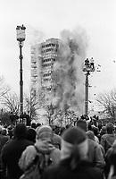 DEUTSCHLAND, Hamburg, Sprengung des Hochhaus Iduna Haus am Millerntorplatz wegen Asbest Verseuchung, 19-2-1995 / Germany, Hamburg, blast of old skyscraper