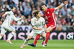Luka Modric (L) of Real Madrid fights for the ball with Xabi Alonso (R) of FC Bayern Munich during their 2016-17 UEFA Champions League Quarter-finals second leg match between Real Madrid and FC Bayern Munich at the Estadio Santiago Bernabeu on 18 April 2017 in Madrid, Spain. Photo by Diego Gonzalez Souto / Power Sport Images