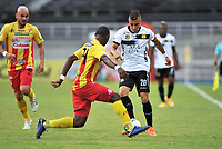 PEREIRA- COLOMBIA, 20-02-2021:Brayan Leon Muniz  del Deportivo Pereira disputa el balón con John Fredy Salazar de Águilas Doradas  durante partido por la fecha 8 entre Deportivo Pereira y Águilas Doradas como parte de la Liga BetPlay DIMAYOR 2021 jugado en el estadio  Hernan Ramirez Villegas de la ciudad de Pereira. / Brayan Leon Muniz of Deportivo Pereira vies for the ball with John Fredy Salazarof  Aguilas Doradas during match for the date 8 between Depotivo Pereira and  Aguilas Doradas as a part BetPlay DIMAYOR League I 2020 played at Hernan Ramirez Villegas stadium in Pereira city. Photo: VizzorImage / Ricardo Vejarano / Contribuidor