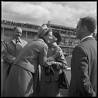 Aéroport de Toulouse-Blagnac. 12-16 Octobre 1966. Vue de l'arrivée de la princesse du Danemark qui embrasse des personnes devant l'aéroport de Toulouse-Blagnac.