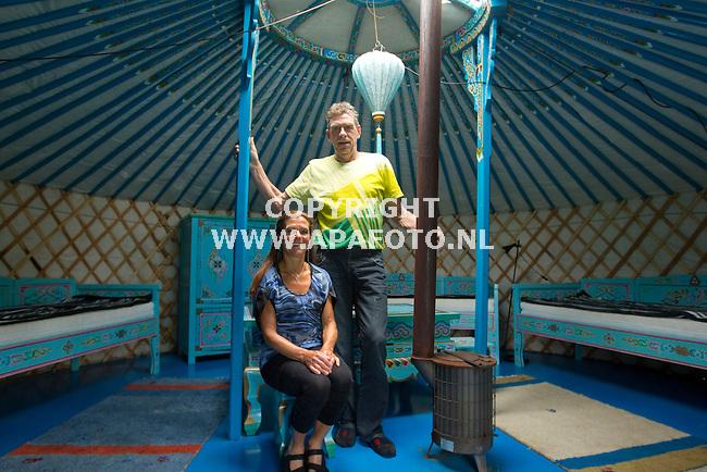 Angeren 090511 Ben en Annemarie Roelofs bij/in Mongoolse tent.<br /> Foto Frans Ypma APA-foto