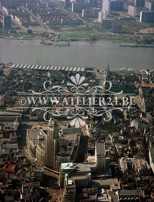 April 1980. Luchtfoto van Antwerpen met Boerentoren, Kathedraal, stadhuis en de Schelde.