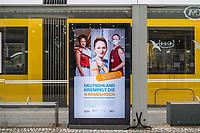 Werbung des Bundesgesundheitsministerium fuer Gesundheit, des Robert Koch-Institut und der Bundeszentrale fuer gesundheitliche Aufklaerung fuer die Corona-Schutzimpfung auf einer digitalen Werbetafel am Berliner Alexanderplatz.<br /> 20.1.2021, Berlin<br /> Copyright: Christian-Ditsch.de