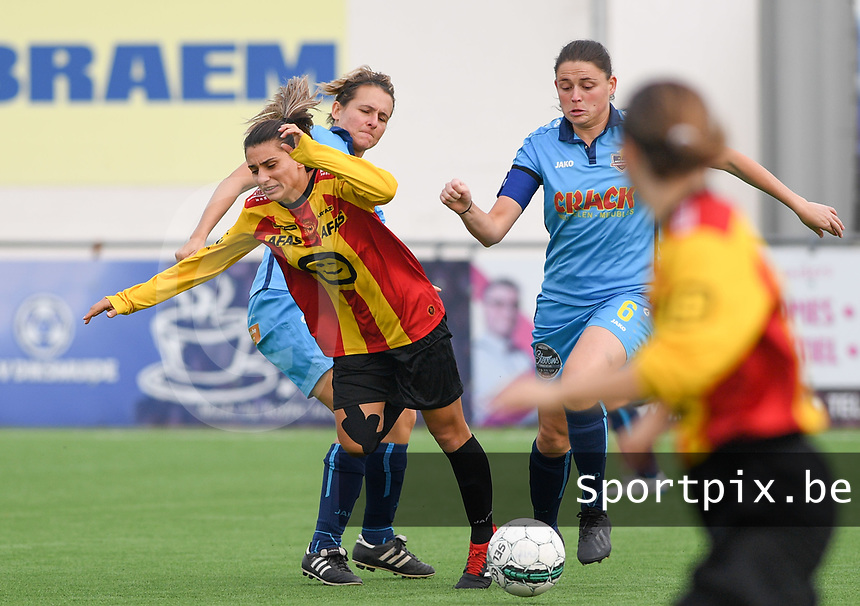 20191005  -  Diksmuide , BELGIUM : FWDM's Sarah Verschaeve and FWDM's Sofie Huyghebaert pictured defending on KV Mechelen's Pure Eke during a footballgame between the womensoccer teams from Famkes Westhoek Diksmuide Merkem and KV Mechelen Ladies A , on the 5th matchday in the first division , 1e nationale , in Diksmuide - Belgium - saturday 5th october 2019 . PHOTO DAVID CATRY | Sportpix.be