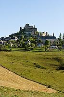 La butte de Turenne, surmonte de son chateau, domine le causse Correzien.