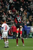 Michael Thurk (Eintracht Frankfurt) jubelt ¸ber seinen Treffer zum 2:0, daneben Altin Lala (Hannover 96) entt‰uscht