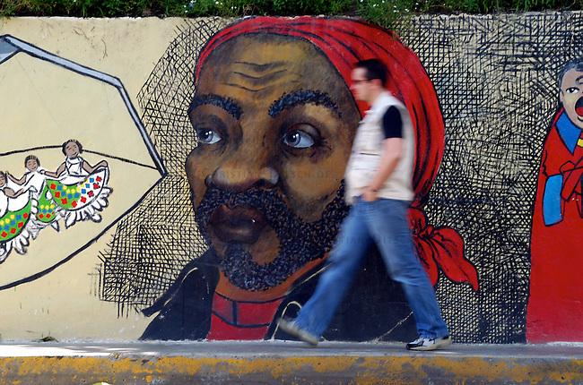 """Wandbild des Namensgebers des Basis- und Gemeinde-Radio """"Radio Libre - Negro Primero"""" in Pinto Salinas einem Armenviertel in Caracas. Der Widerstandkaempfer des Unabhaengigkeitskrieges im 19. Jahrhundert, Pedro Camejo hat wegen seines Mutes ein hohes Ansehen in weiten Teilen der Bevoelkerung.<br /> Der Sender """"Radio Libre - Negro Primero"""" ist Montag bis Freitag 12 Stunden und am Wochenende 24 Stunden im Stadtteil zu hoeren.<br /> 7.11.2004, Caracas / Venezuela<br /> Copyright: Christian-Ditsch.de<br /> [Inhaltsveraendernde Manipulation des Fotos nur nach ausdruecklicher Genehmigung des Fotografen. Vereinbarungen ueber Abtretung von Persoenlichkeitsrechten/Model Release der abgebildeten Person/Personen liegen nicht vor. NO MODEL RELEASE! Nur fuer Redaktionelle Zwecke. Don't publish without copyright Christian-Ditsch.de, Veroeffentlichung nur mit Fotografennennung, sowie gegen Honorar, MwSt. und Beleg. Konto: I N G - D i B a, IBAN DE58500105175400192269, BIC INGDDEFFXXX, Kontakt: post@christian-ditsch.de<br /> Bei der Bearbeitung der Dateiinformationen darf die Urheberkennzeichnung in den EXIF- und  IPTC-Daten nicht entfernt werden, diese sind in digitalen Medien nach §95c UrhG rechtlich geschuetzt. Der Urhebervermerk wird gemaess §13 UrhG verlangt.]"""