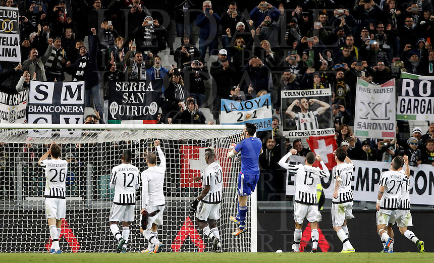 Calcio, Serie A: Juventus vs Milan. Torino, Juventus Stadium, 21 novembre 2015. <br /> Juventus players celebrate at the end of the Italian Serie A football match between Juventus and AC Milan at Turin's Juventus stadium, 21 November 2015. Juventus won 1-0.<br /> UPDATE IMAGES PRESS/Isabella Bonotto