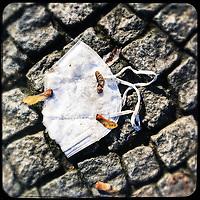 Eine gebrauchte Schutzmaske liegt auf der Strasse in Berlin.<br /> 31.1.2021, Berlin<br /> Copyright: Christian-Ditsch.de
