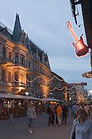 Europe/Pologne/Lodz: la rue Piotrkowska plus longue rue pietonne de Pologne et ses façades baroques à la tombée de la nuit