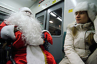 RUSSLAND, Moskau, 12.2010. ©  Sergey Kozmin/EST&OST.Weihnachten mit Vaeterchen Frost. Altersgemaess unterwegs im Rollstuhl und mit dem Zug. | Christmas with Father Frost. His age made him choose a wheelchair and the train.